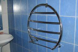Овальный полотенцесушитель прекрасно вписался в ванную комнату
