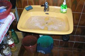 Вода скопилась в раковине в ванной